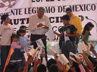 Andrés Manuel López Obrador firma ejemplares de su libro <em>La mafia nos robó la Presidencia, </em>luego de un acto en San Juan Cuautlancingo, Puebla