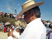 Andrés Manuel López Obrador firma libros luego de un mitin en Francisco León, Chiapas